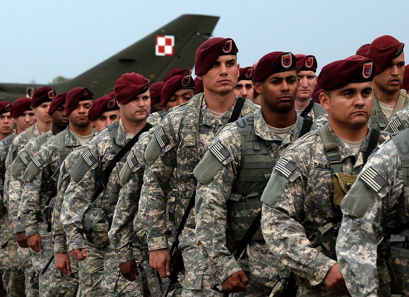 Amerykańscy żołnierze na lotnisku Świdwinie (Polska), kwiecień 2014 /JANEK SKARZYNSKI / AFP /AFP