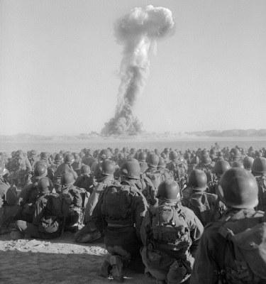 Amerykańscy żołnierze napromieniowywani po wybuchu bomby atomowej. Fot. Coporal Alexander McCaughey, U.S. Army Photographic Signal Corps /materiały prasowe