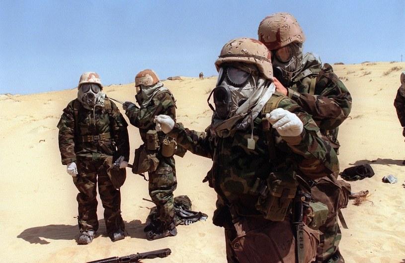 Amerykańscy żołnierze podczas zakładania kombinezonów i masek przeciwgazowych podczas operacji Pustynna Burza /AFP
