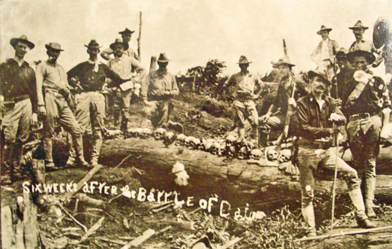 Amerykańscy żołnierze pozują do zdjęcia z ludzkimi szczątkami /Getty Images/Flash Press Media