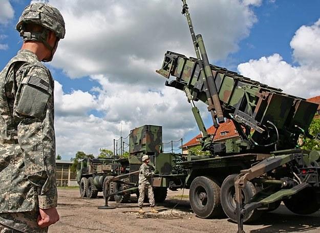 Amerykańscy żołnierze prezentują wyrzutnię rakiet wchodzącą w skład zestawu obrony Patriot /Marcin Wójcik