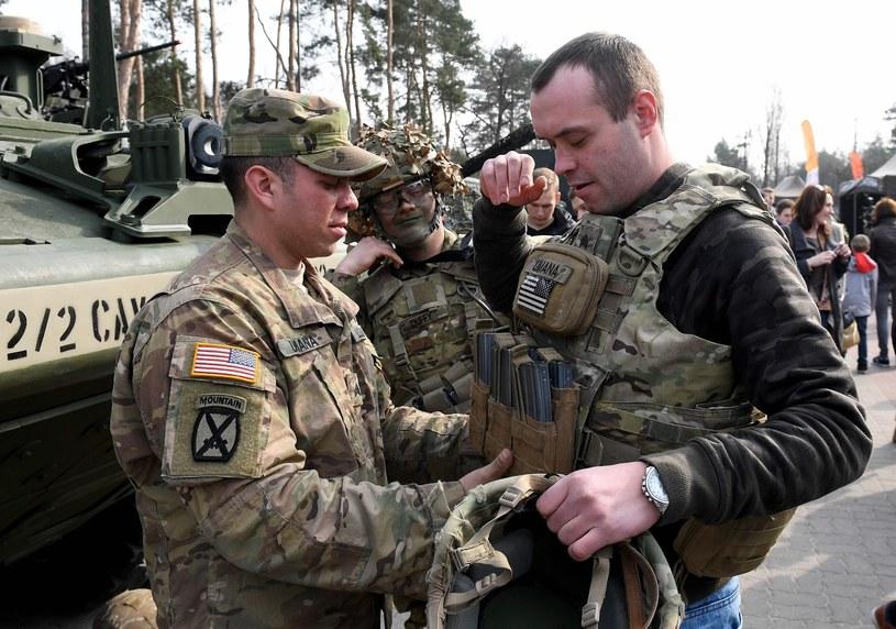 Amerykańscy żołnierze w Orzyszu; spotkanie z mieszkańcami /Janek Skarżyński /East News