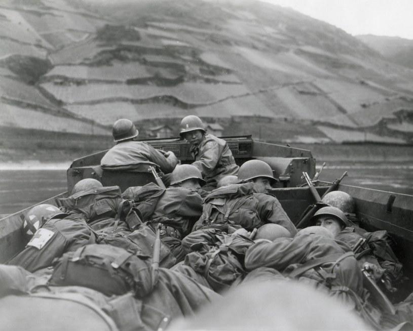Amerykańscy żołnierze z z 89. Dywizji przekraczają Ren 3. Armii /Everett /Agencja FORUM