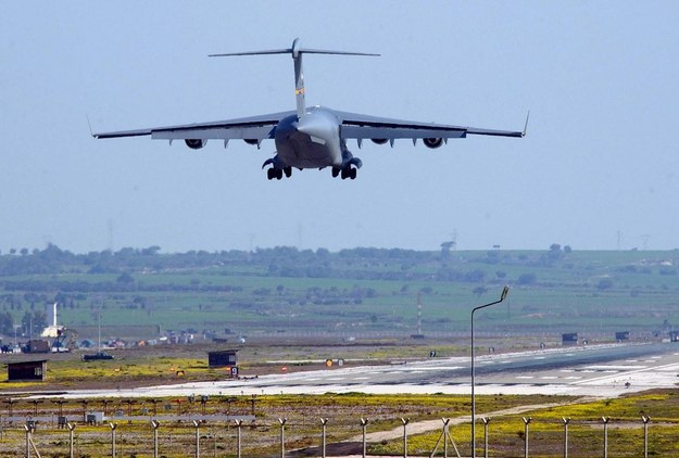 Amerykańska maszyna lądująca w bazie w Incirlik na południu Turcji (zdjęcie z 2003 roku) /VALDRIN XHEMAJ    /PAP/EPA
