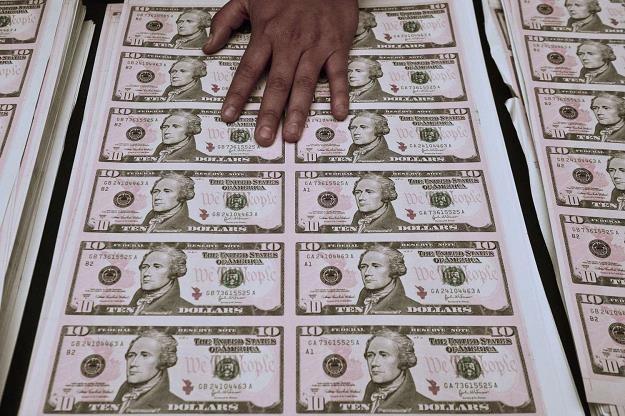 Amerykański dolar traci na znaczeniu /AFP
