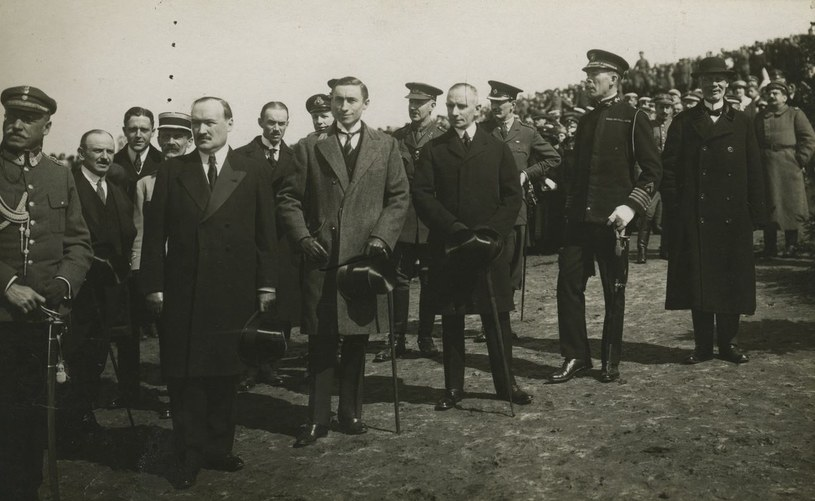 """Amerykański dyplomata (stoi w jasnym płaszczu) uważał, że Piłsudski ma się za niemylnego. Ilustracja z książki """"Amerykanin w Warszawie"""" /materiały prasowe"""