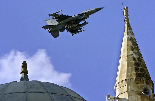 Amerykański F-16 w drodze do bazy w tureckim Incirlik (zdjęcie z listopada 2001) /TARIK TINAZAY /PAP/EPA