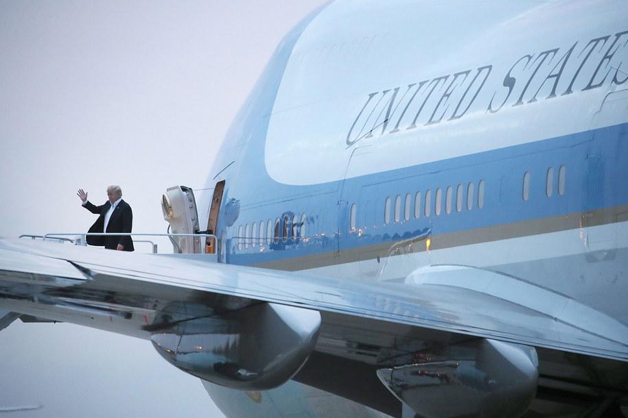 """Amerykański prezydent jeszcze na pokładzie """"starego"""" Air Force One /PAP/EPA/Mark Wilson / POOL /PAP/EPA"""