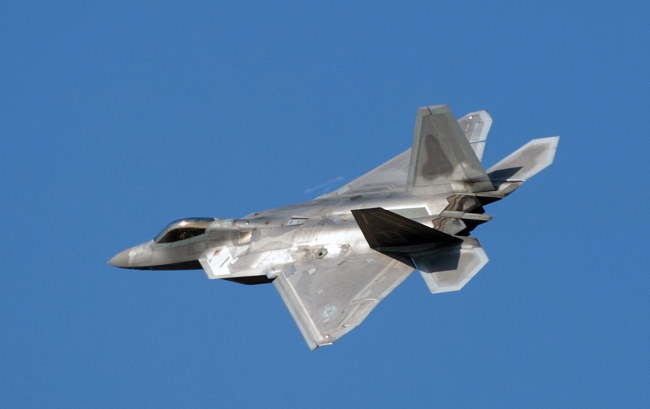 Amerykański samolot myśliwski F-22 Raptor w Bazie Lotnictwa Taktycznego w Łasku /Grzegorz Michałkowski /PAP