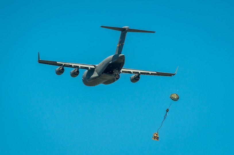 Amerykański samolot transportowy C-17 Globemaster - zrzuty spadochronowe /Tytus Żmijewski /PAP
