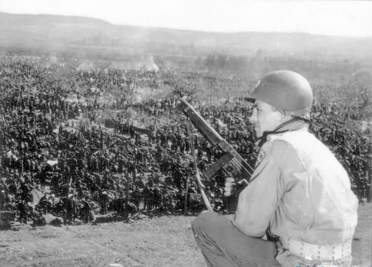 Amerykański żołnierz pilnuje obozu jenieckiego /Getty Images/Flash Press Media
