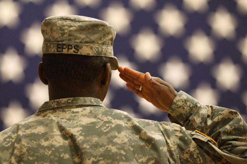 Amerykański żołnierz salutuje /AFP