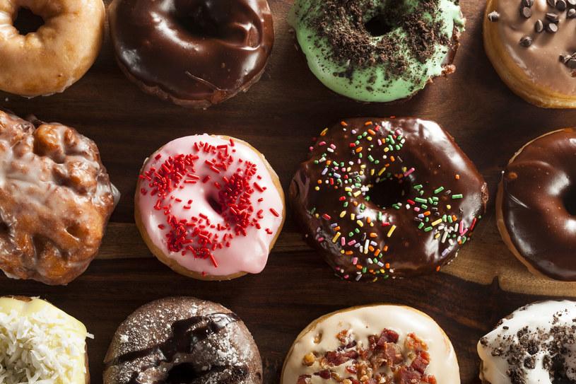 Amerykańskie donuty z posypką /123RF/PICSEL