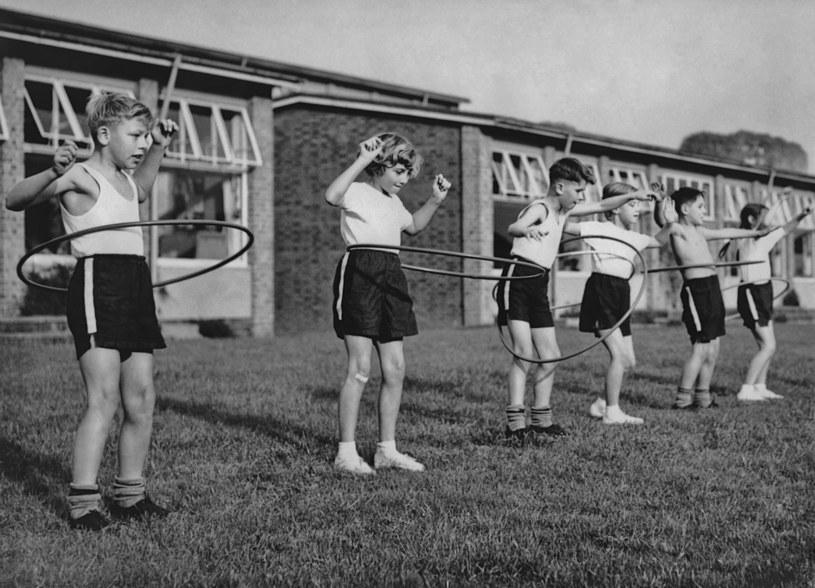 Amerykańskie dzieci bawią się hula-hoop w latach 60. XX wieku /Archive Photos/Getty Images /Getty Images