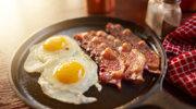Amerykańskie śniadanie z prasowanym bekonem