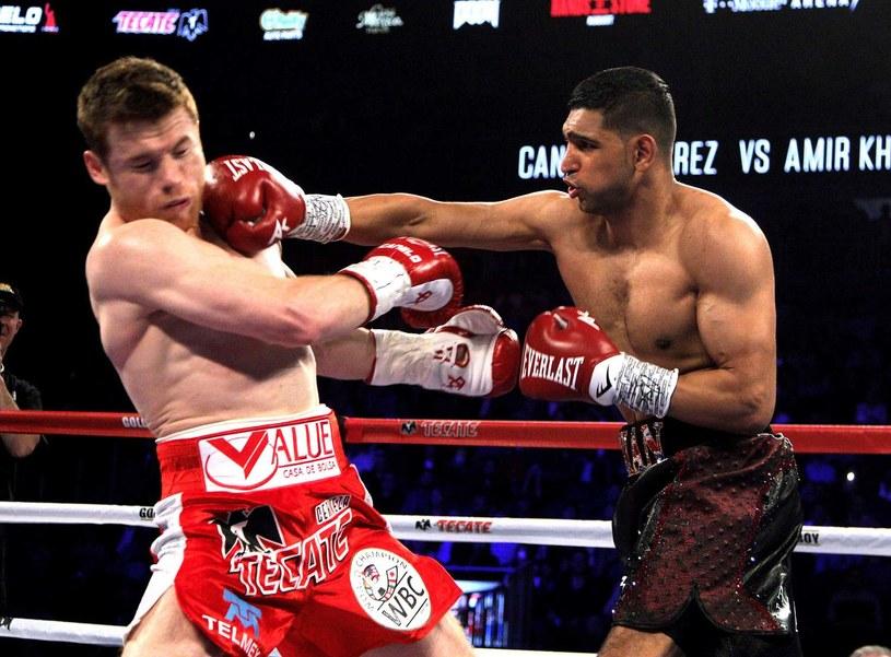 Amir Khan w pojedynku z Saulem Alvarezem /AFP