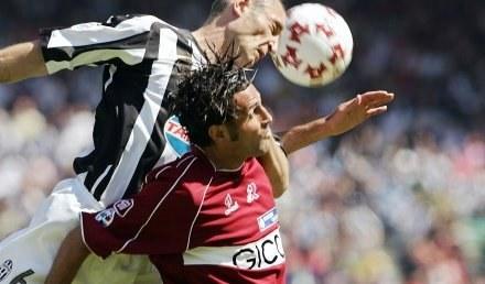 Amoruso (tu w meczu z Juventusem) pokonał Mariusza Pawełka. /AFP