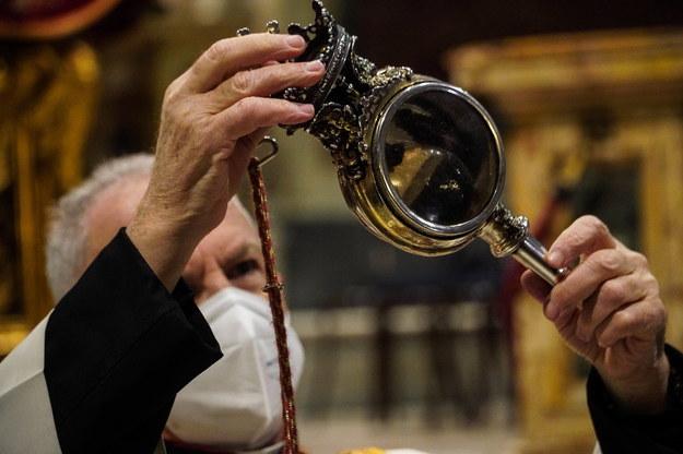 Ampułka z krwią św. Januarego, przechowywana w katedrze pod wezwaniem tego świętego w Neapolu /CESARE ABBATE/ANSA /PAP/EPA