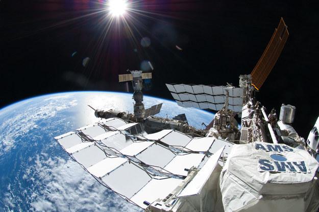 AMS sfotografowany na ISS 12 lipca 2011 roku. Po prawej stronie widać jeszcze prom kosmiczny Atlantis / NASA/Ron Garan /Materiały prasowe