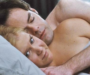 """Amy Schumer i Bill Hader w scenie z filmu """"Wykolejona"""""""