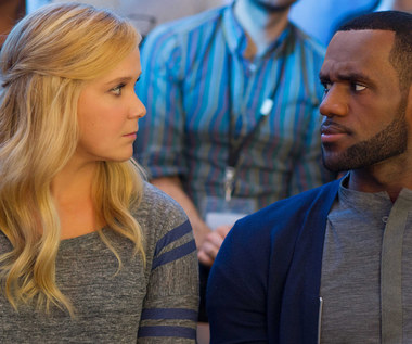 """Amy Schumer i LeBron James w scenie z filmu """"Wykolejona"""""""