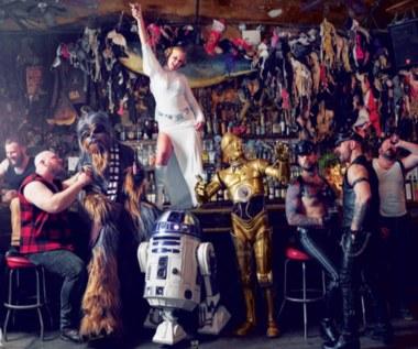 """Amy Schumer w łóżku z bohaterami """"Star Wars"""""""