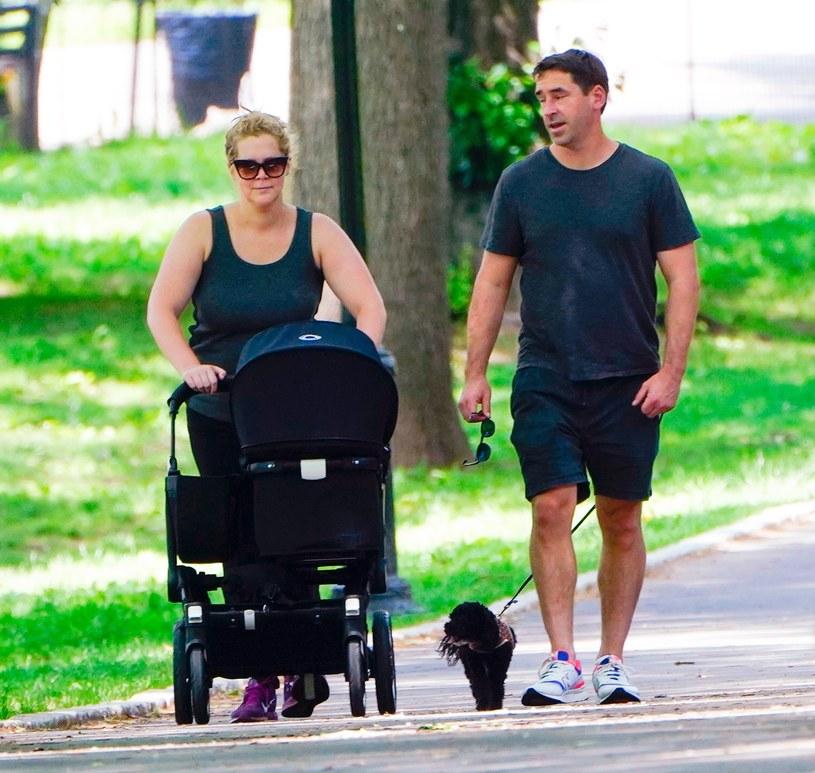 Amy Schumer z mężem i dzieckiem na spacerze /East News