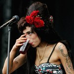 """Amy Winehouse """"cuchnęła alkoholem"""""""