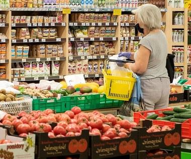 Analiza: W sklepach spadają ceny warzyw i owoców. Producenci patrzą na to z niepokojem