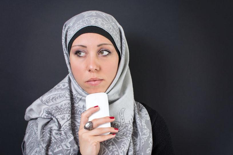 Analiza zawartości smartfona pozwoli potwierdzić, czy imigrant mówi prawdę /123RF/PICSEL