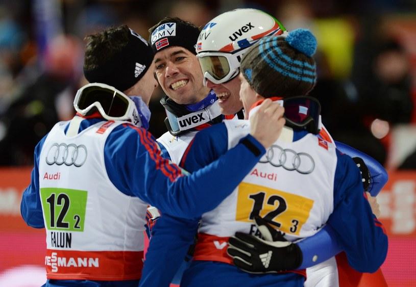 Anders Bardal świętuje z kolegami z drużyny złoty medal MŚ w Falun /AFP