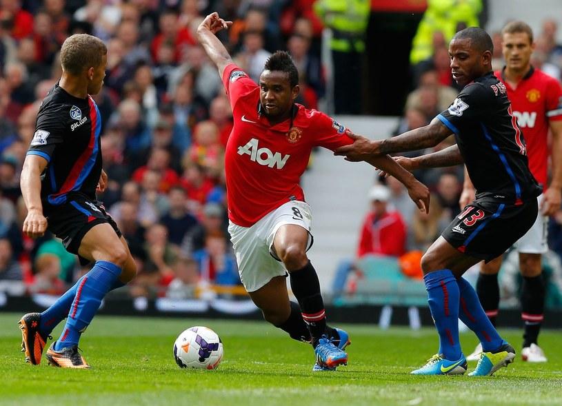 Anderson (w czerwonej koszulce) walczący o piłkę z dwoma rywalami /AFP