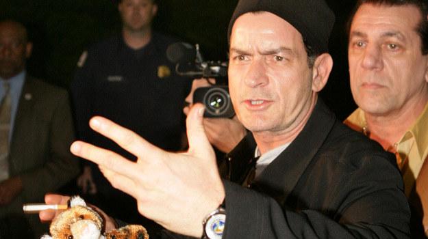 46-letni Charlie Sheen przed kilkoma miesiącami rozpętał burzę w mediach /AFP