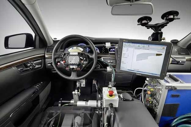 A swoją dorgą Mercedes rzeczywiście  rozwija system zautomatyzowanego kierowania pojazdem