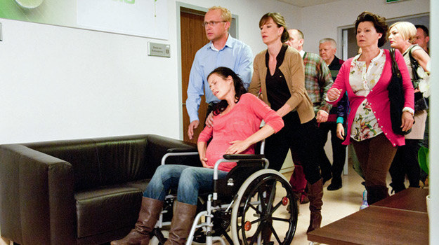 Anka (Magdalena Kumorek), w asyście przyjaciół, pędzi do szpitala /Agencja W. Impact