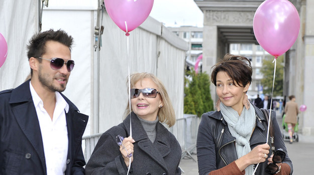 Anna Popek w towarzystwie Izabeli Trojanowskiej i Michała Lesienia na Marszu Różowej Wstążki /AKPA