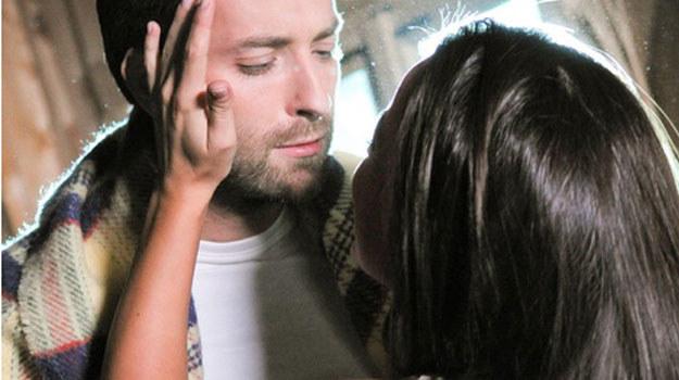 Artur i Monika będą musieli przenocowac w domu ekscentrycznej malarki /Agencja W. Impact