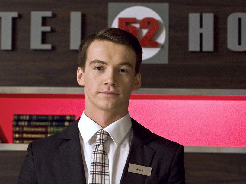 """Artur jest recepcjonistą, w jego ocenie """"tylko recepcjonistą"""". /materiały prasowe"""