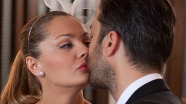 Artur Sagowski (Filip Bobek) całuje Konstancję (Małgorzata Socha) /Agencja W. Impact