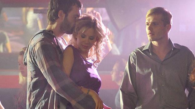 Artur (Tomasz Ciachorowski ) kocha Paulinę (Natalia Lesz) i bardzo cierpi, gdy ta zmysłowo tańczy z Patrykiem (Mariusz Zaniewski). /AKPA