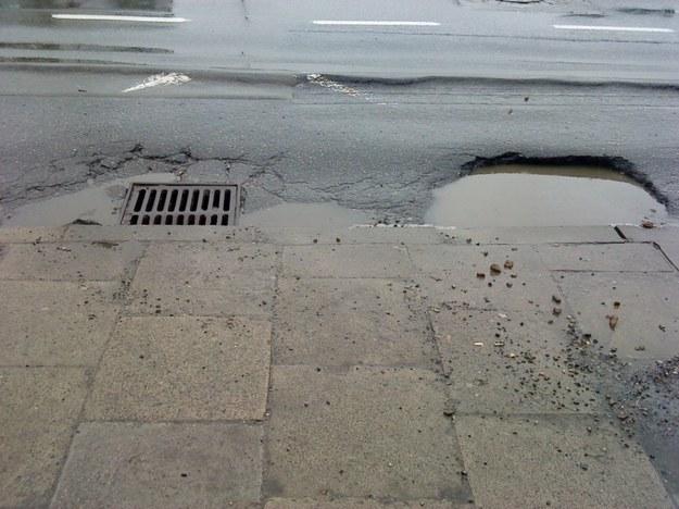 Autobusy podjeżdżające na przystanek wpadają kołami w dziurę i ochlapują skutecznie ludzi
