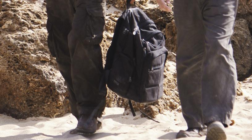 Ben i John niosą plecak /materiały prasowe