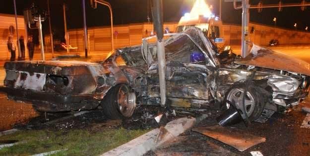 BMW uderzyło w sygnalizator i latarnię a następnie pojazd zapaliło się