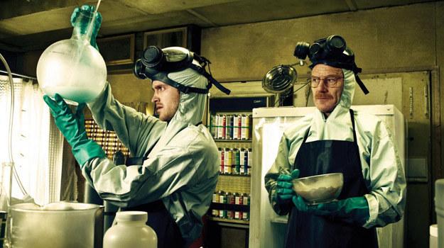 """Bohaterowie """"Breaking Bad"""" zajmują się produkcją najlepszej metaamfetaminy na rynku.  To oczywiście nie podoba się konkurencyjnym handlarzom /materiały prasowe"""