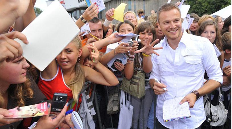 Ciężkie jest życie aktora - Krystian Wieczorek wśród fanek /Kurnikowski /AKPA