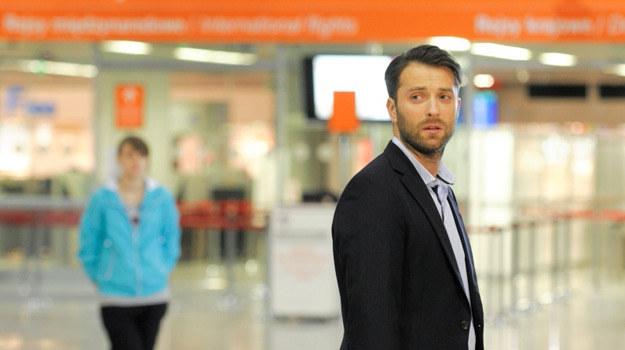 Czy Artur spóźnił się, nie tylko na lotnisko, ale także na miłość swojego życia? /Agencja W. Impact