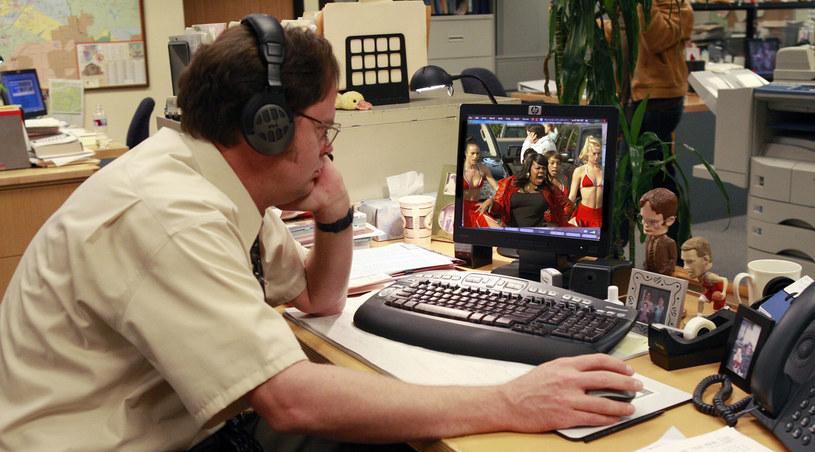 """Czyżby to Dwight Schrute wpadła na pomysł projekcji """"Glee""""? /swiatseriali.pl /materiały prasowe"""