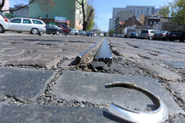 Dziury i inne przeszkody na drogach zmuszają  do koncentracji. /Agencja SE/East News