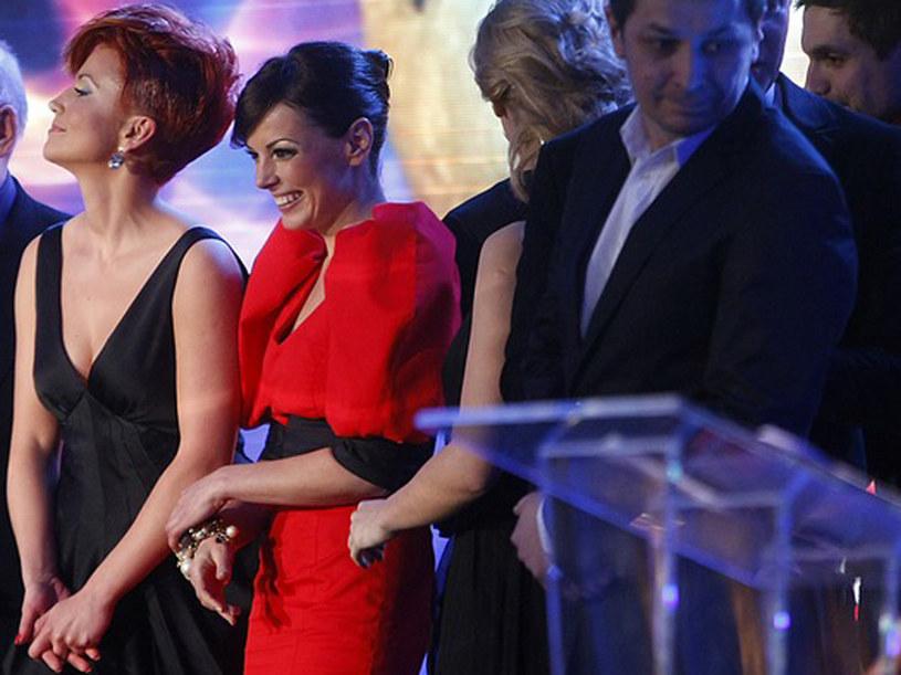 """Ekipa """"Barw szczęścia"""" odbiera nagrodę w kategori """"Najlepszy serial"""". /AKPA"""