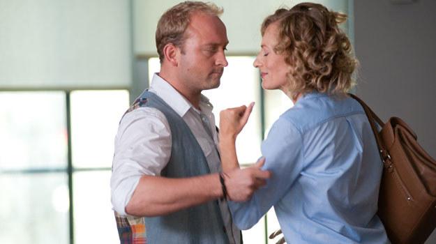 Ela (Magdalena Popławska) stara się uprzykrzyć życie mężowi /Agencja W. Impact